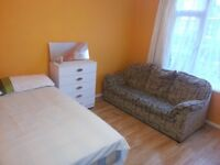 Large double room for single person in Hayes. £110 p/w