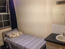 Single room in house share close to Queens and City