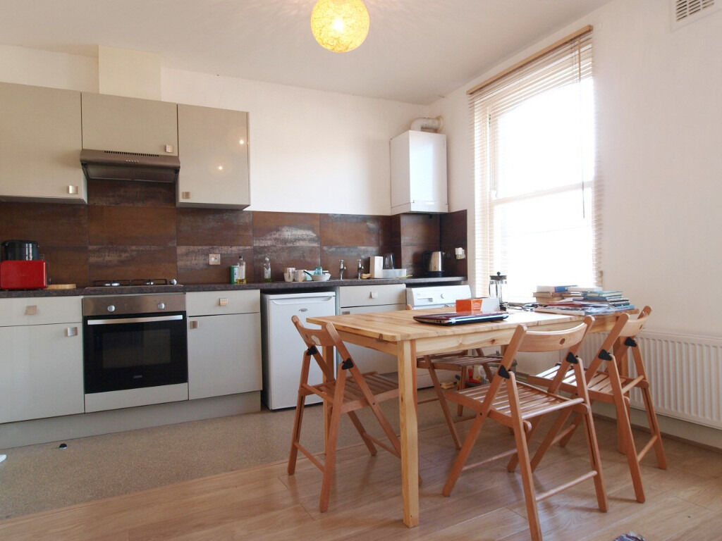Modern 1 Double Bedroom Flat within moments walk of Stamford Hill Overground and Manor House Tube