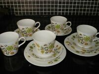 A set of bone china cups and saucers - Queen Anne Parisienne