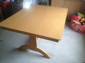 Extending dining table in exelant condition 136 to 180 in length 106 cm wide