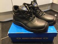 Steel toe cap boots (size 9) (new)