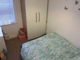 Double Room Available in a friendly professional house share in Beeston all bills included