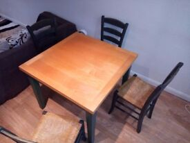 Extendible dinning table with 4 chairs