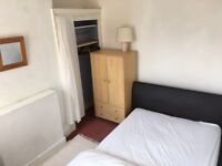 *students only* spacious middle bedroom. £70pw, near bus routes into town and shops.