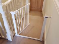 Baby safety gates - Set of 2 - Pressure fit - Boxed and in mint condition - Less than 2 months old