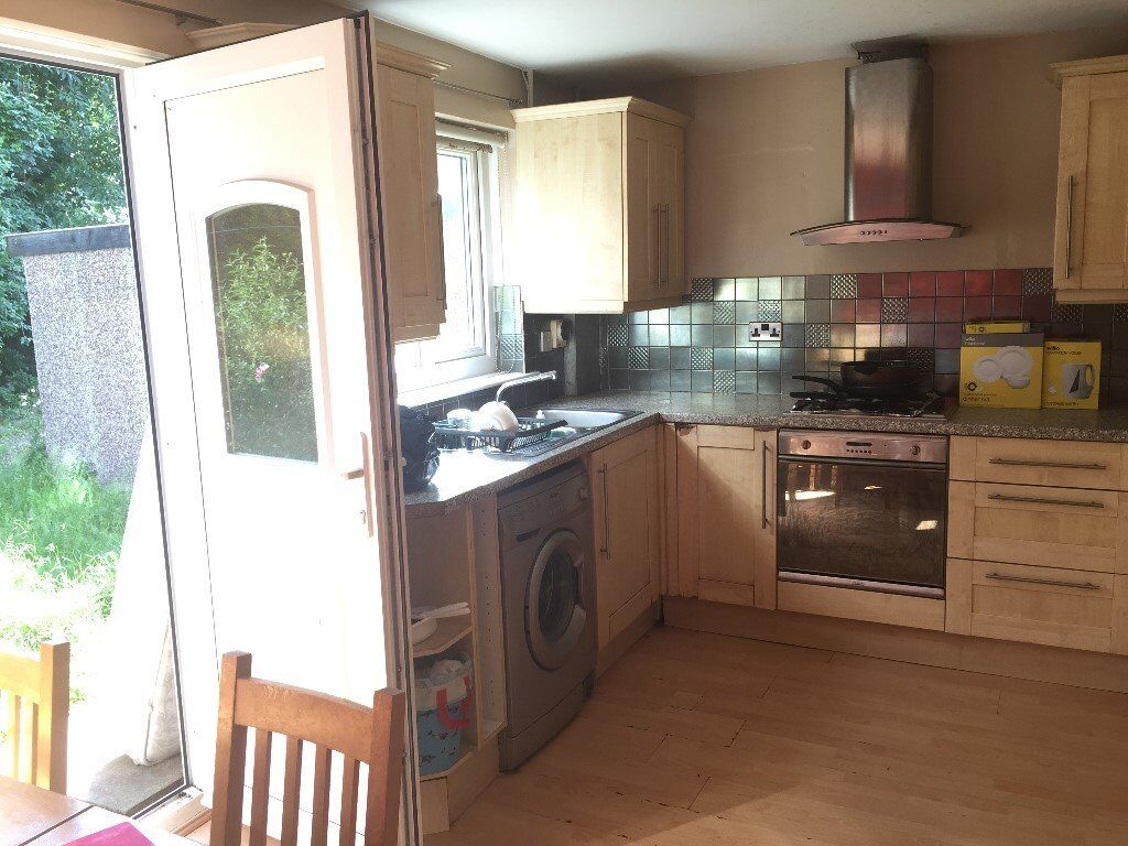 3 BEDROOM HOUSE FOR RENT IN A POPULAR AREA- HILL STREET- CLOSE TO TOWN- Working couple/small family