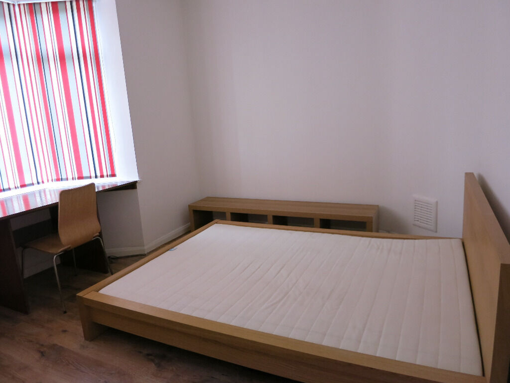 Beautiful Large Room 5 min walk to East Acton Station and 15min walk to Westfield--AVAILABLE NOW !!!