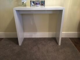 WHITE HIGH GLOSS CONSOLE TABLE . 1 YEAR OLD