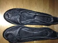 Ladies black leather shoes /4