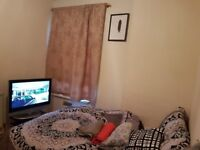 Double room in Thornton Heath . Inclusive of all bills £400pcm . CR7 7JZ .