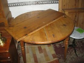 MODERN ROUND SOLID PINE EXTENDING TABLE. DETACHABLE CENTRAL LEAF. VIEWING/DELIVERY AVAILABLE