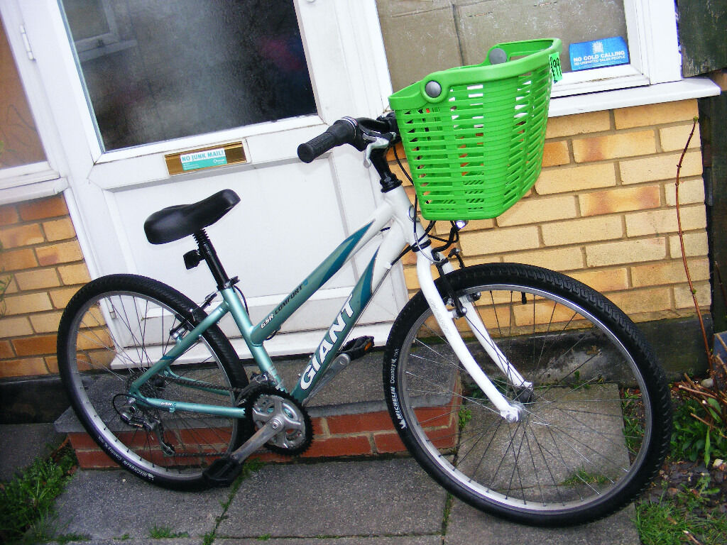 "LADIES GIANT 26"" WHEEL BIKE WITH FITTED BASKET IN GREAT WORKING ORDER"