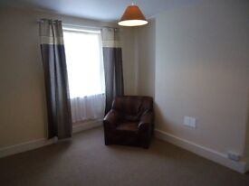 One bedroom third floor flat in Rock Road, Torquay avaliable for immediate rent.