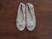 cream and floral pump shoes size 6