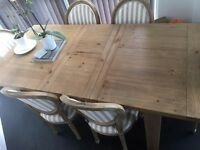 Luxurious Extendable Medium Oak Dining Table for 4-6 people - £2000 RRP (as new)