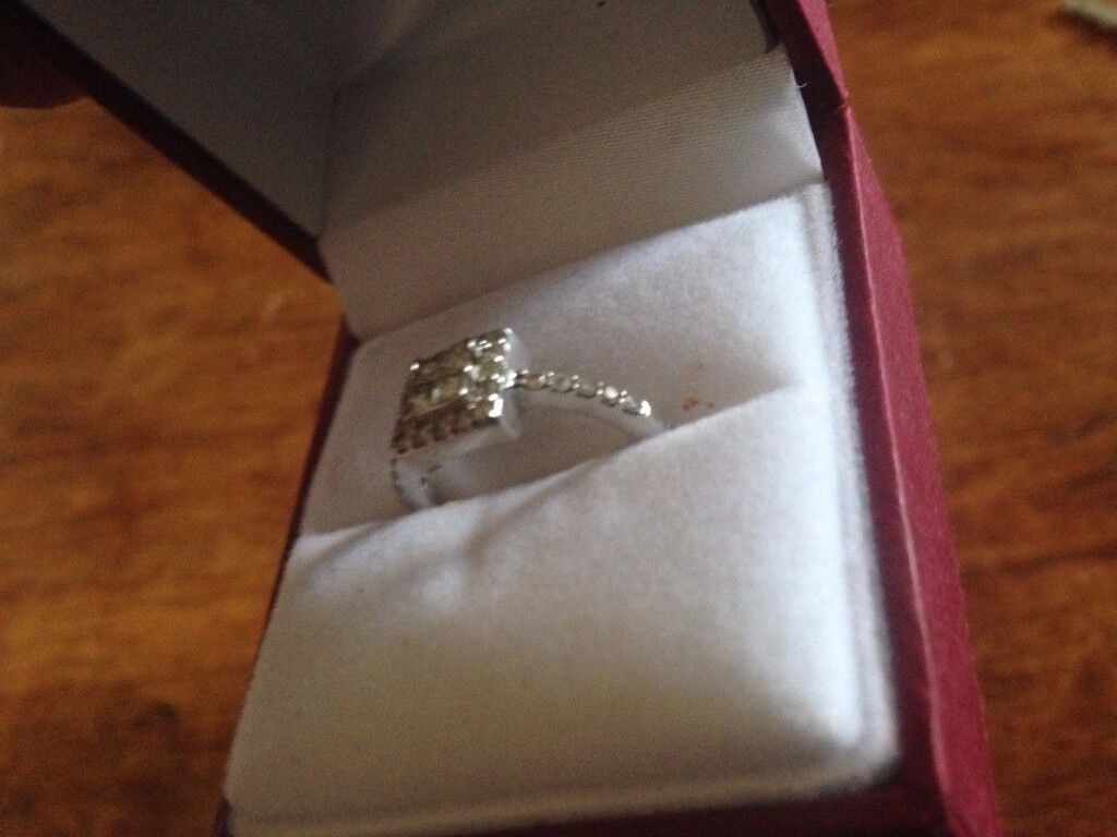 STUNNING WOMENS ENGAGEMENT RING SIZE K RRP 800 POUNDS WARE HERTS SG12