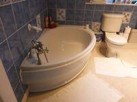 corner bathroom suite / light cream