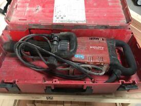 HILTI TE 905-AVR 240v and 10 x chisels.