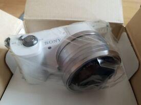 Like New! Sony A5000 Digital Camera White body and 16-50mm lens kit! Warranty!