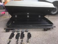 Roof box with roof bars and locks