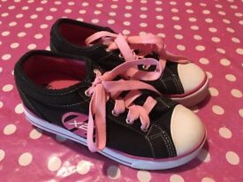 Girl's Heelys black and pink Size 2 in excellent condition