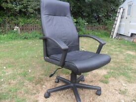 HOME OR OFFICE HIGH BACKED SWIVEL CHAIR.