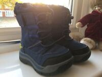 Snow boots size 4