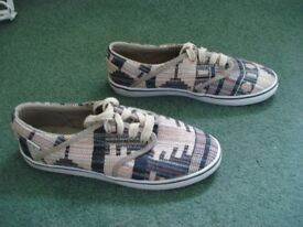 WOMENS ETNIES MULTI COLOURED TRAINERS SIZE 5 (UK)