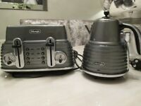 DELONGHI SCULTURA 4 SLICE TOASTER AND KETTLE BUNDLE IN GLOSS GREY AND CHROME FINISH