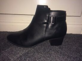 Women's black ankle boots with slight heel - worn twice. Size 40/41