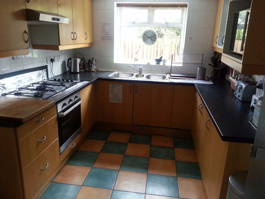 Single room to share large house, back Garden, kitchen and 3 toilets ...