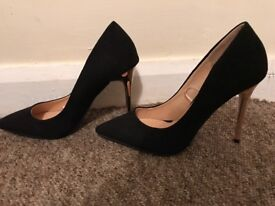 High heel shoes, black suede with shiny gold heel