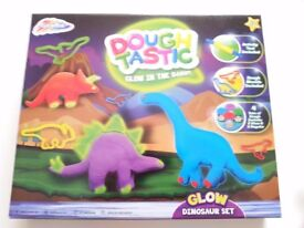 GRAFIX GLOW IN THE DARK DINOSAUR DOUGH PLAY SET