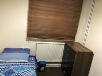 SINGLE ROOM in a House 10 Minutes Walk from CRAWLEY Town Center (Ideal 4 Gatwick & Crawley)