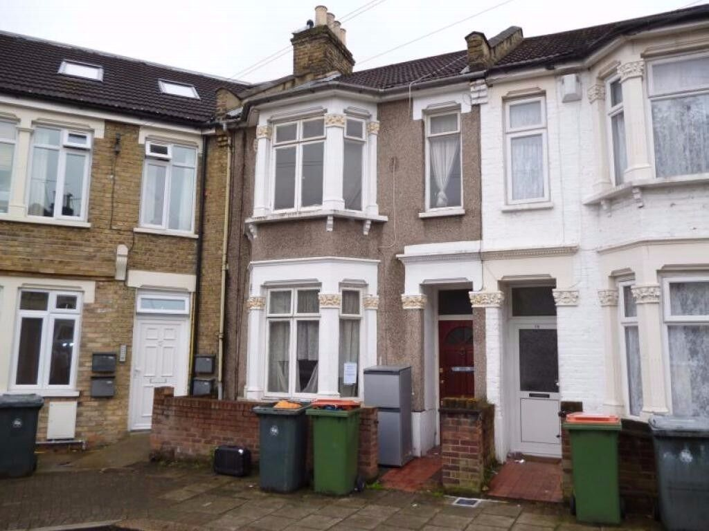 Amazing spacious two bedroom ground floor flat with garden in Plaistow, E13