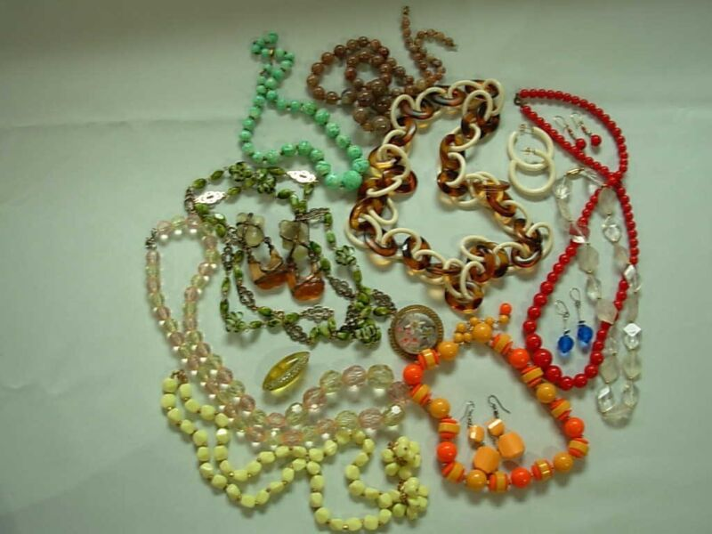 17 PC LOT OF COLORFUL VINTAGE LUCITE PLASTIC JEWELRY ~ NECKLACES EARRING BROOCH