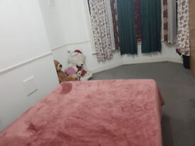 King Size Master Bed room to Share in a 2 Bed room house Couple or Single welcome Close to station
