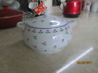 POTTERY WHITE SERVING TUREEN,PINK BLUE FLORAL PATTERN,POLISH...PERFECT