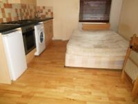 LOVELY BRIGHT MODERN STUDIO FLAT BY ZONE 2 TUBE STATION, 24 HOUR BUSES & SUPERMARKETS