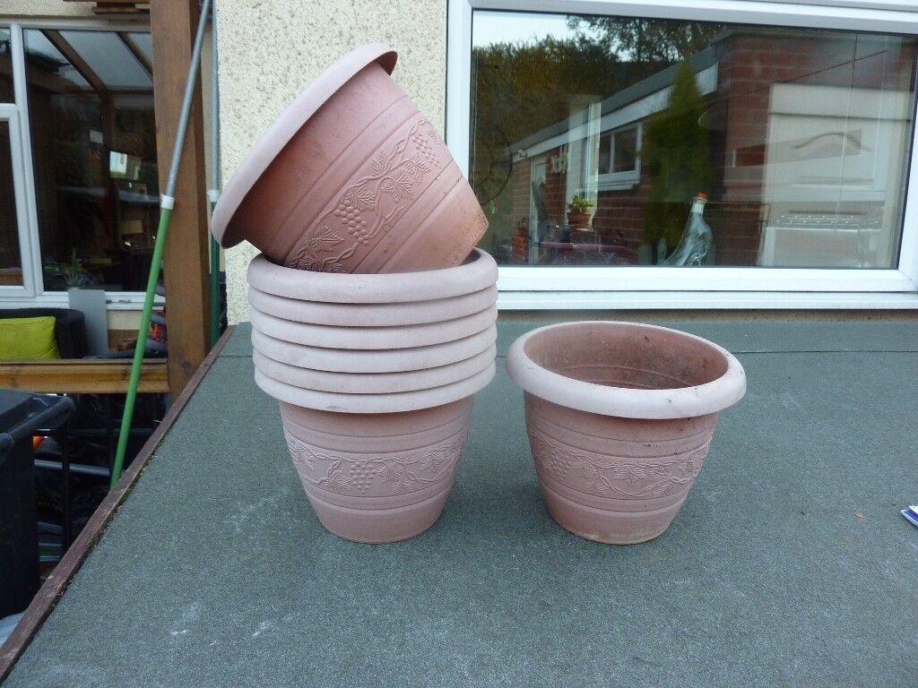 8x small plastic planters.