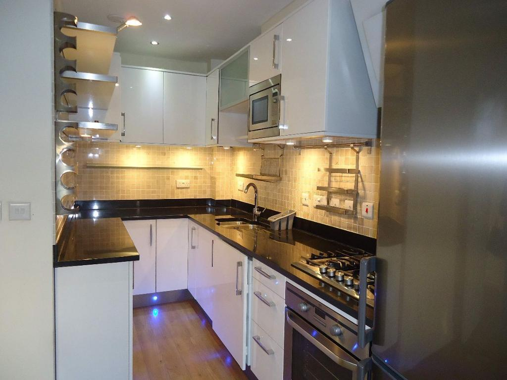2 bedroom flat in Hutton Grove, North Finchley, N12