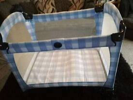 Graco travel cot great condition like new with beg