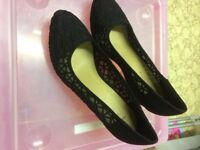 Black wedge shoes with design
