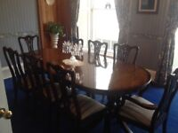 Dining table with 6 side chairs and 2 carvers with fabric seatpad. Like new condition