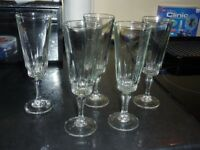 5x champagne flutes.