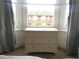 Vintage shabby chic chest of draws - solid wood - lovely item - cream/white