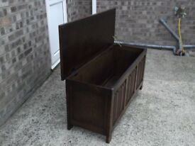 Old oak coffer / ideal for storage of Linnen / Blankets / Toys