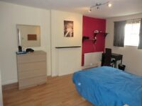 Single room available now in Paddington! Just 1 minute away from the station!