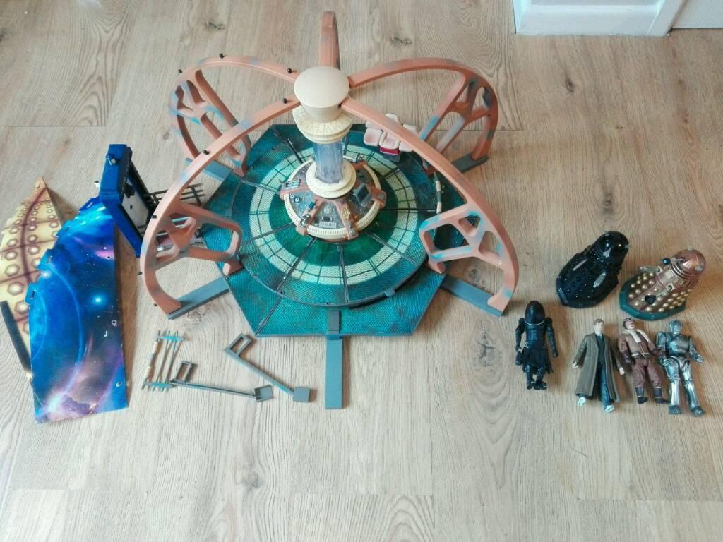 Dr Who tardis set and figures